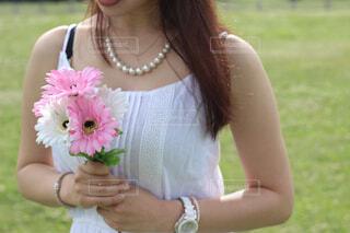 ピンクの花を持つ女性の写真・画像素材[4302070]
