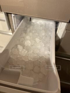 製氷機の氷の写真・画像素材[4304134]