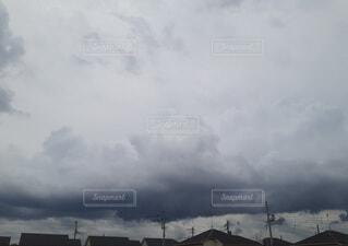 低い黒い雲の写真・画像素材[4561613]