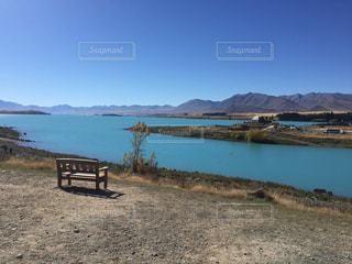 テカポ湖を臨むベンチの写真・画像素材[2070637]