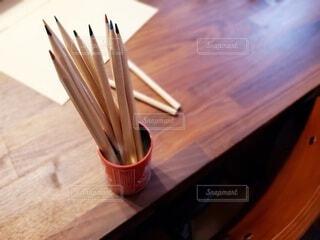 100均の缶に色鉛筆の写真・画像素材[4397397]
