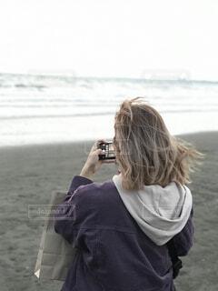 砂浜で写真を撮る女の子の写真・画像素材[4426219]
