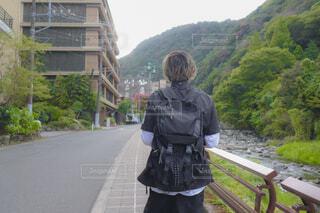 自然豊かな場所を歩く男の子の写真・画像素材[4430931]