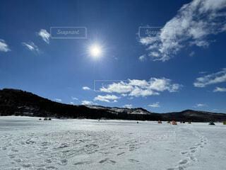 岩洞湖での氷上ワカサギ釣りの写真・画像素材[4314726]