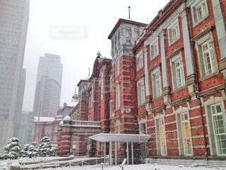 雪の日の東京駅の写真・画像素材[4427480]