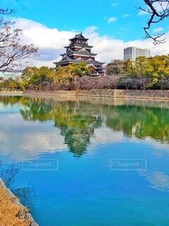 水面に映るお城と緑の写真・画像素材[4645147]