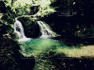 光に照らされる2本の滝の写真・画像素材[4501647]