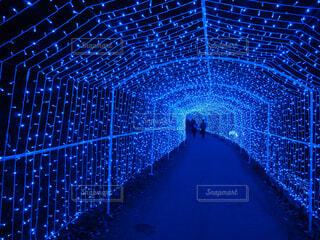 青いイルミネーションの輝く光の道の写真・画像素材[4321124]
