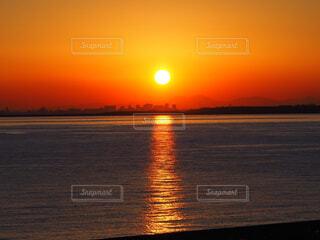 水面に光の道が伸びる夕暮れの海の写真・画像素材[4321128]