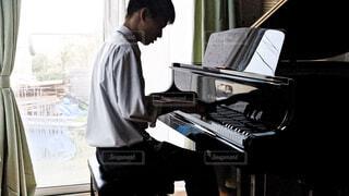 ピアノを弾いている高校生の写真・画像素材[4321653]