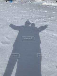 雪でテンション上がる2人の写真・画像素材[4321897]