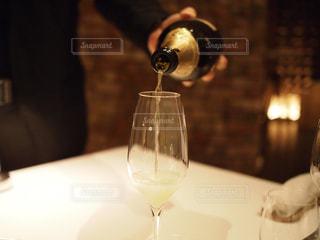 シャンパンをグラスに注ぐの写真・画像素材[239366]