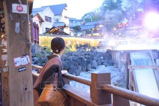 草津温泉の湯畑と浴衣の女性の写真・画像素材[4334128]