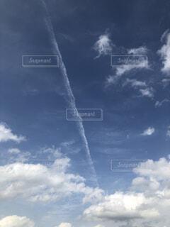 青空と飛行機雲の写真・画像素材[4373819]