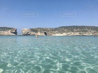 どこまでも歩いていける綺麗な海の写真・画像素材[4344959]