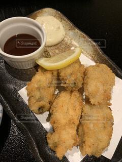 食べ物の皿とコーヒー1杯の写真・画像素材[4347137]