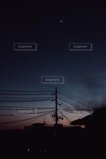 月と電柱の写真・画像素材[4344074]