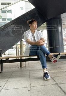 ベンチに座ってる人の写真・画像素材[4782142]