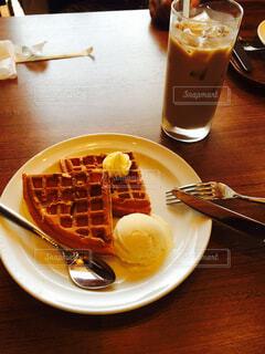 食べ物の皿と一杯のコーヒーをテーブルの上に置いての写真・画像素材[4358336]
