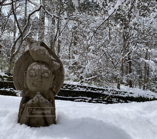 雪の中のお地蔵様の写真・画像素材[4369744]