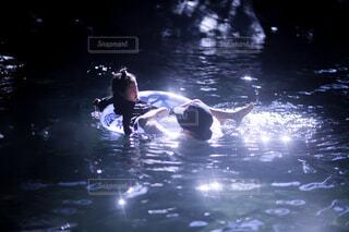 水の体で泳いでいる男の写真・画像素材[4372278]