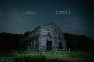芝生で覆われた畑の上にある城の写真・画像素材[4501036]