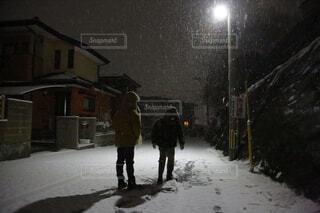 雪に覆われた通りを歩いている男の写真・画像素材[4501057]