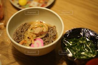 皿の上に食べ物のボウルの写真・画像素材[4501107]