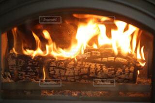 暖炉の隣にあるストーブトップオーブンの写真・画像素材[4501129]