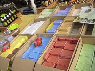 南仏のマルシェにてマルセイユ石鹸の写真・画像素材[4382572]