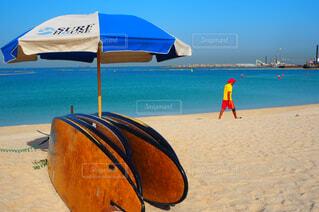 青い海とサーフボードの写真・画像素材[4356821]