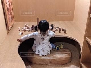 木のおもちゃで遊ぶ幼児の写真・画像素材[4357859]