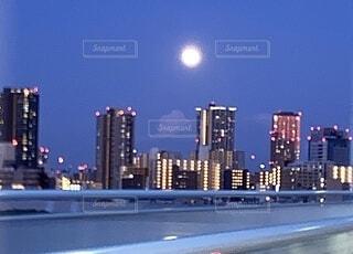 移動中に見えた月の写真・画像素材[4667198]