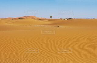 砂漠から見える小さな村の写真・画像素材[4358806]