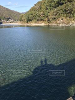 水面に映る二人の写真・画像素材[4359635]