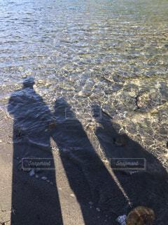 透き通る水に映る人影の写真・画像素材[4359638]