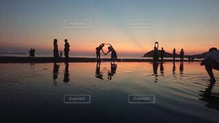 夕暮れ水面に反射の写真・画像素材[4361625]
