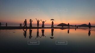 夕暮れ水面に反射の写真・画像素材[4361623]