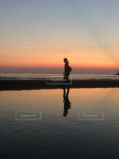 夕暮れ水面に反射の写真・画像素材[4361626]