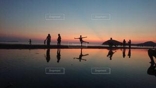 夕暮れの水面の写真・画像素材[4361628]