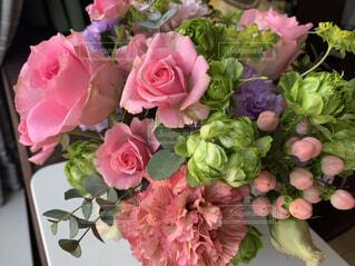 テーブルの上の花瓶に花束の写真・画像素材[4361640]