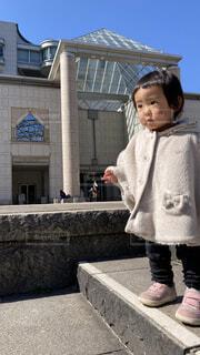 横浜美術館の前で立つ女の子の写真・画像素材[4361454]