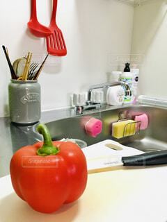 キッチンカウンターでの果物のボウルのクローズアップの写真・画像素材[4363028]