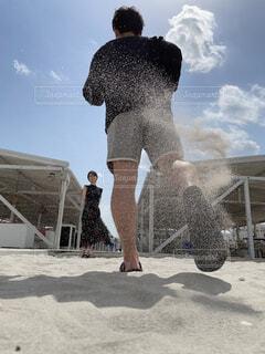 建物の前に立っている男の写真・画像素材[4405341]