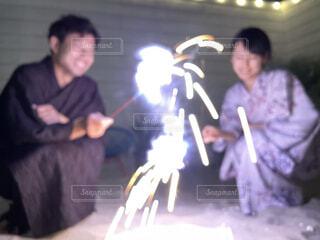 火の周りに立っている人々のグループの写真・画像素材[4405468]