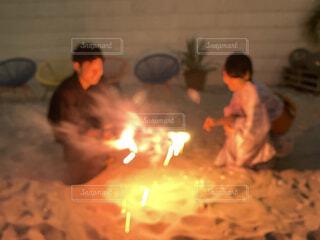手持ち花火をするカップルの写真・画像素材[4405706]