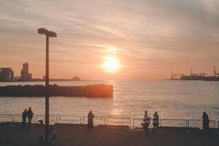 港に沈む夕日の写真・画像素材[4363295]