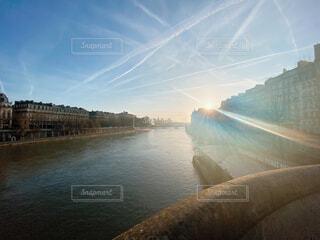 水の体に架かる橋の写真・画像素材[4366339]