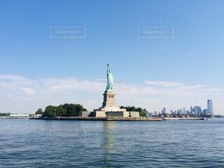 フェリーでリバティ島に近づいてきて見えてきた自由の女神像(アメリカ・ニューヨーク)の写真・画像素材[4408424]