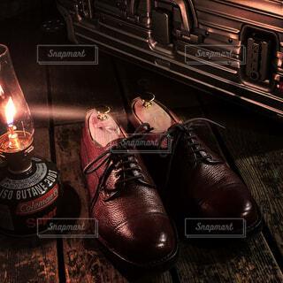 ランタンに照らされた革靴の写真・画像素材[4368909]